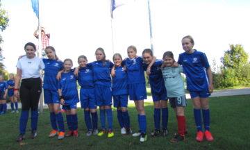 DJK-Fußballerinnen hissen Weltkindertagsfahne
